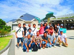 美ら海水族館にて記念撮影です。