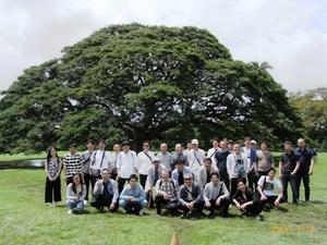 モアナルア・ガーデン「日立の樹」で記念撮影
