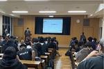 広い視聴覚室に約100名の生徒の皆様